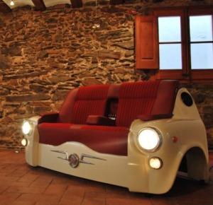i pezzi di ricambio delle auto fuori uso diventano mobili