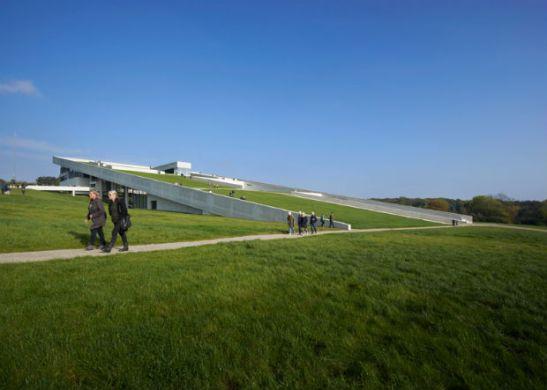 1-Un-pic-nic-sul-tetto-verde-del-nuovo-museo-danese
