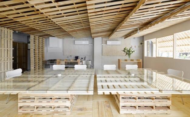A tokyo un ufficio sostenibile realizzato con materiali for Arredamenti low cost